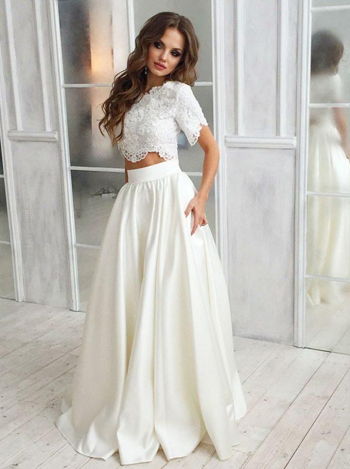Девушка в свадебном костюме из пышной юбки и укороченного топа