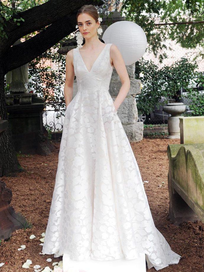 Девушка в длинном свадебном платье из атласной ткани с набивным рисунком
