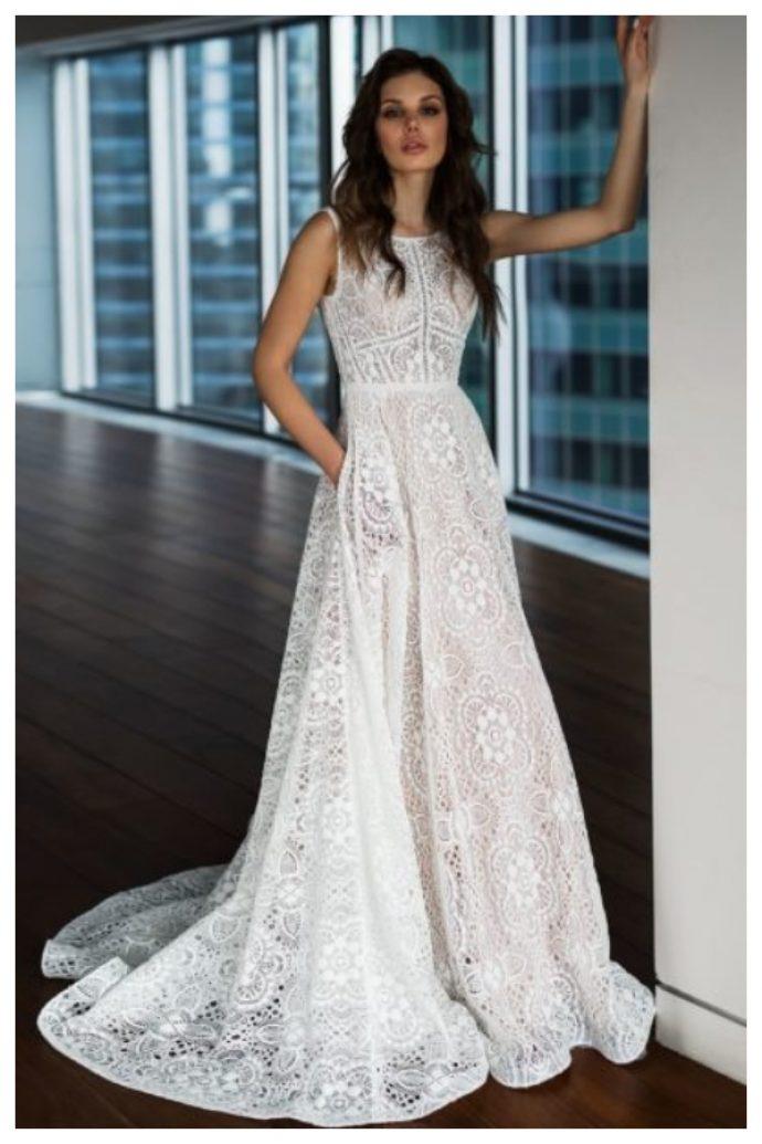Девушка в свадебном платье из кружева