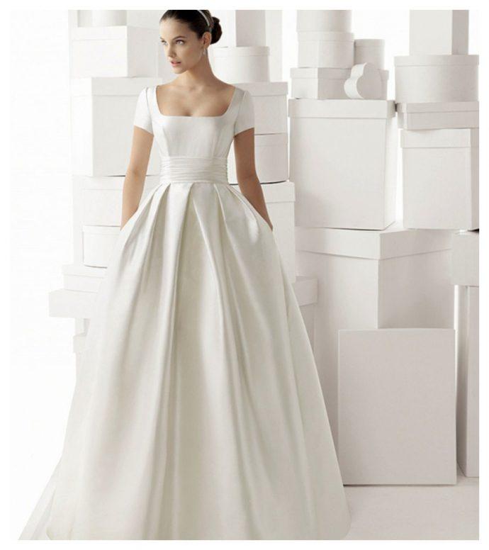 Девушка в свадебном платье со складками и карманами