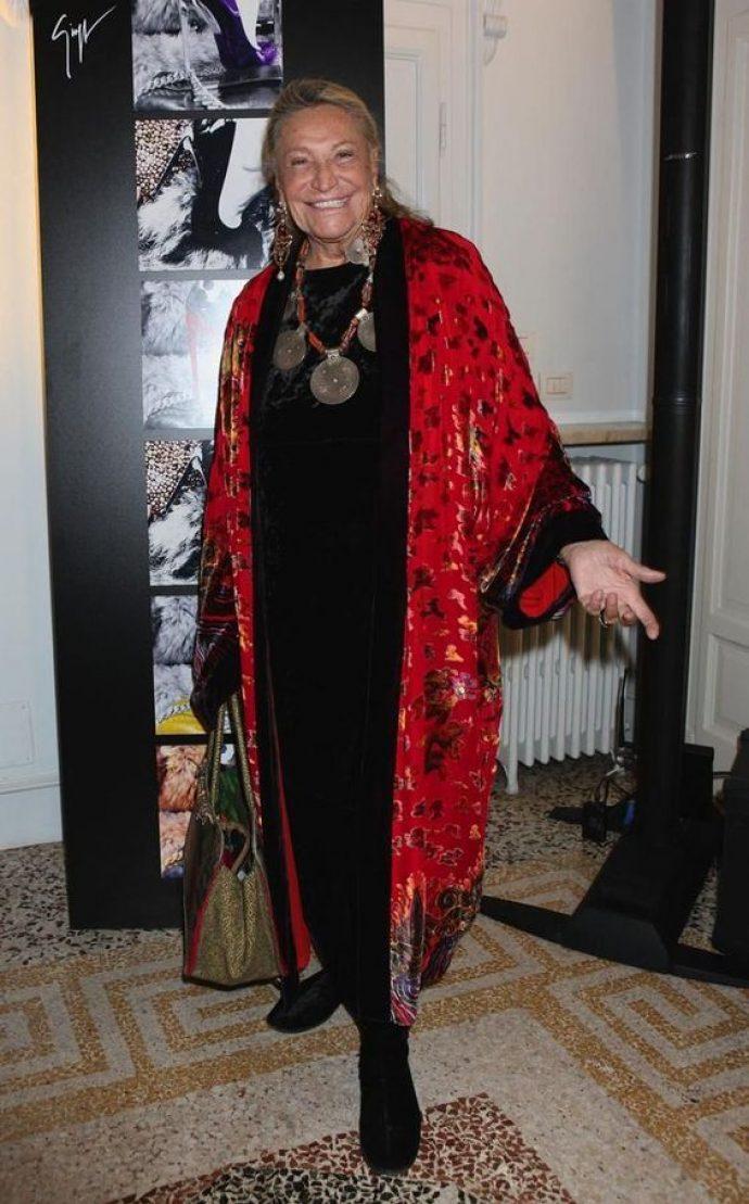 Модная бабушка в черном платье и красном пальто