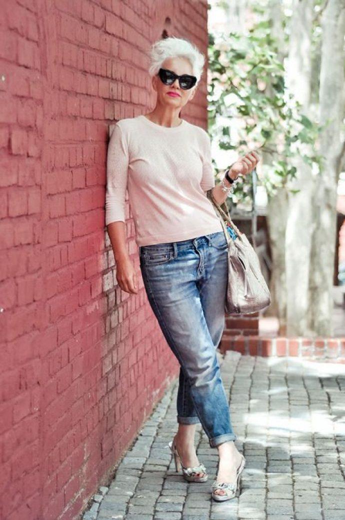 Женщина в джинсах и легком свитере