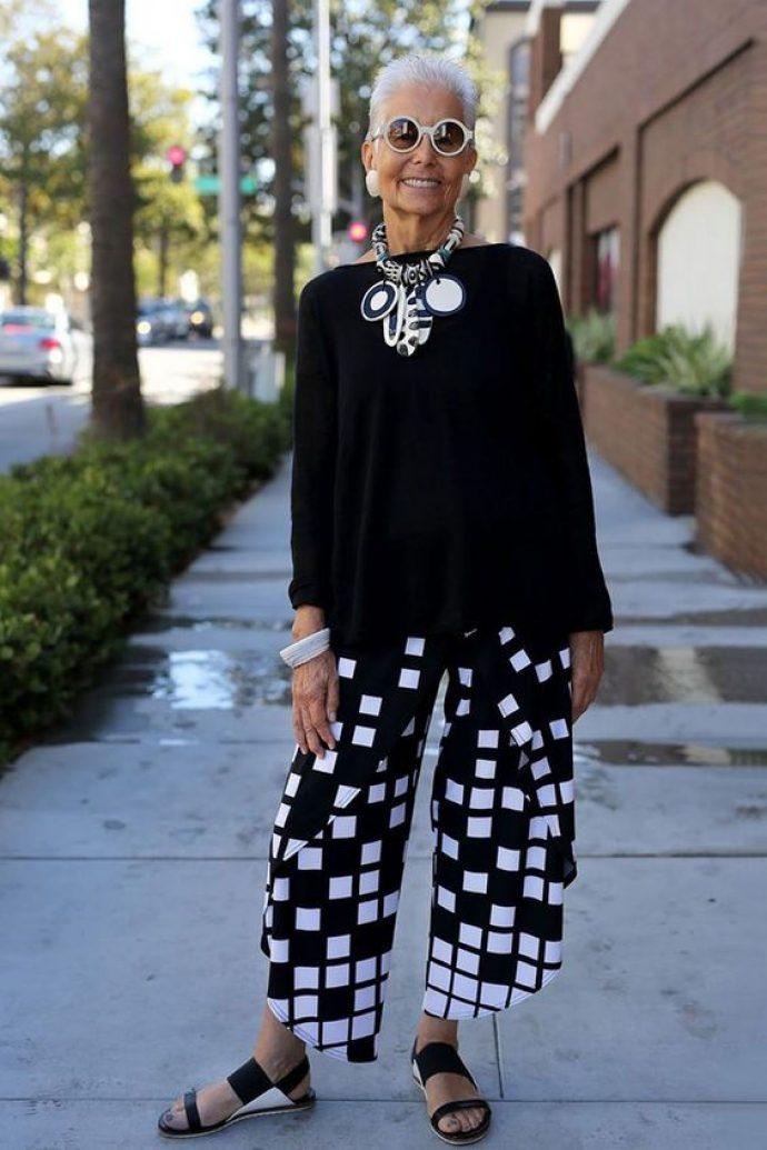 Модная бабушка в черно-белом наряде