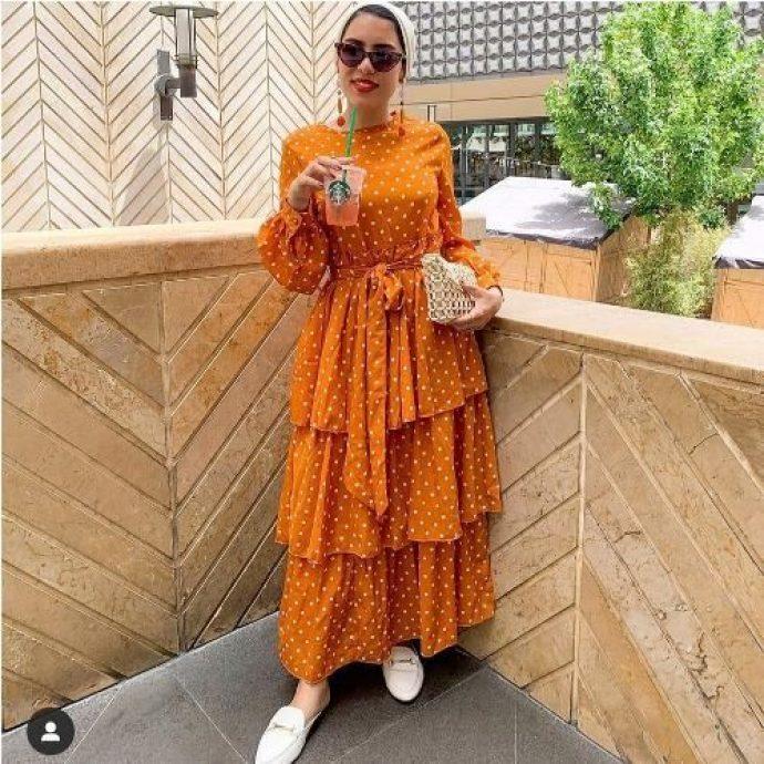 Девушка мусульманка в ярком платье