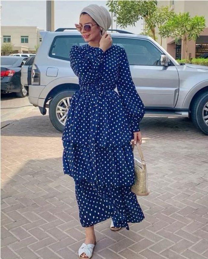 Девушка мусульманка в платье в горох