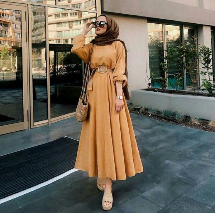 Девушка мусульманка в дилнном платье песочного цвета