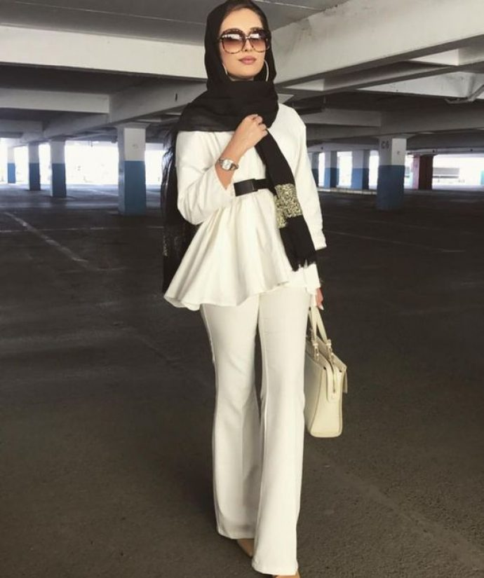 Девушка мусульманка в белом костюме и с лёгким шарфом на голове