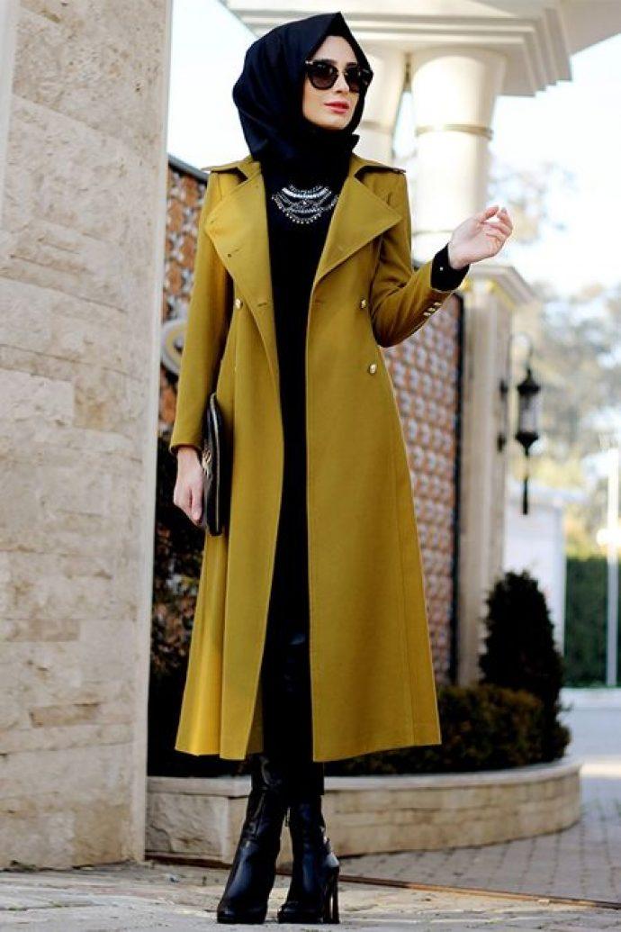 Девушка мусульманка в длинном пальто