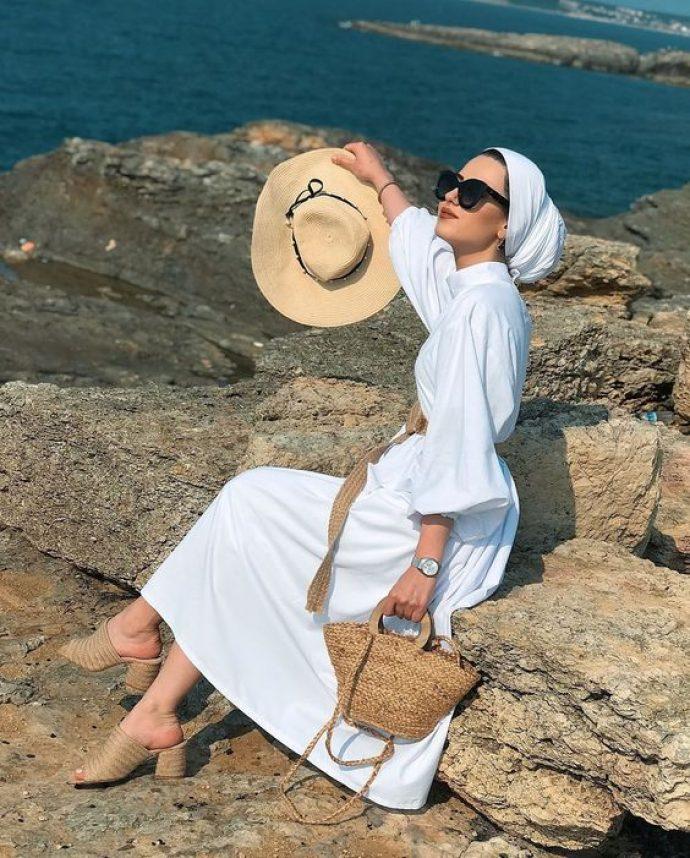Стильная девушка мусульманка в белом платье