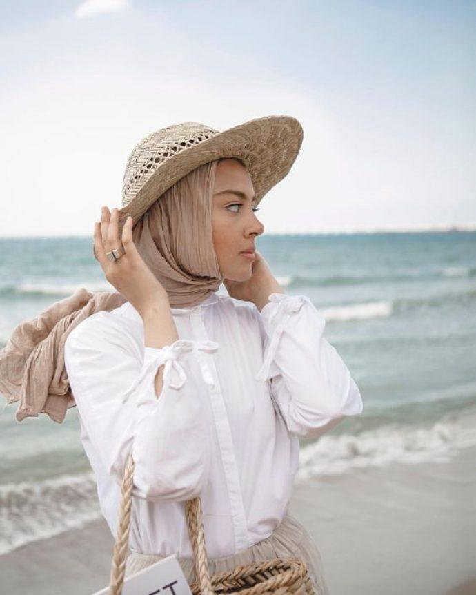 Девушка в белой рубашке, бежевом платке и шляпе