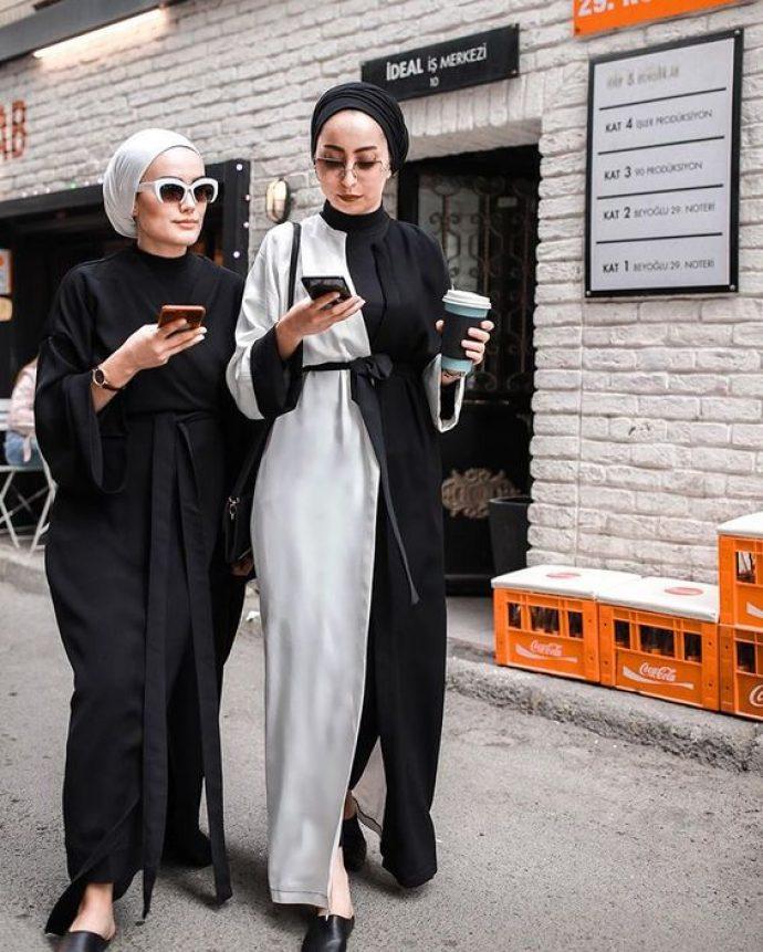 Девушки мусульманки в длинных черно-белых платьях