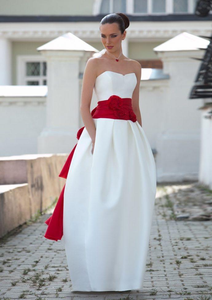 Девушка в оригинальном платье с открытыми плечами и зауженным подолом