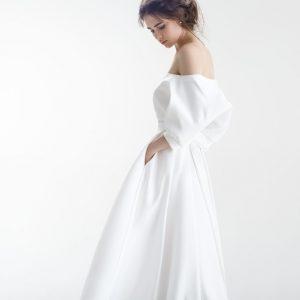 Девушка в пышном свадебном платье с карманами