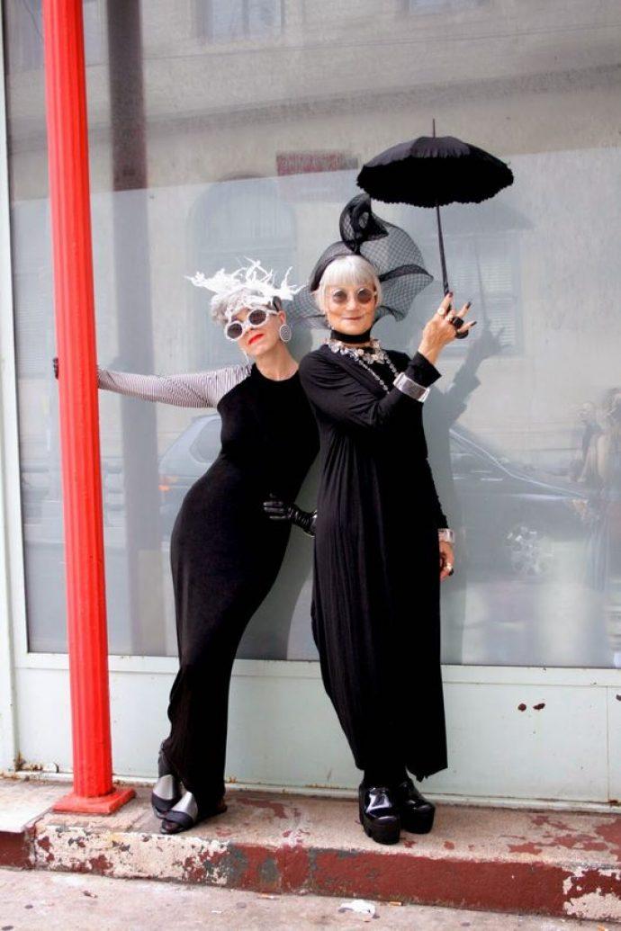 Модные бабушки в черных платьях и необычных шляпках