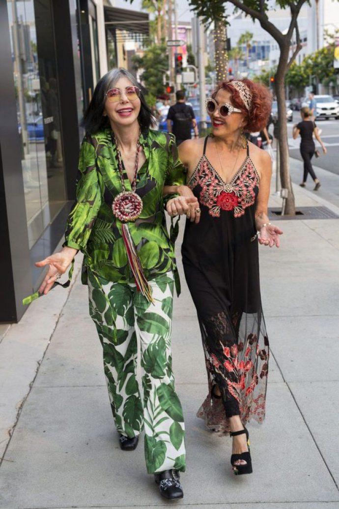 Женщины в брючном костюме и платье