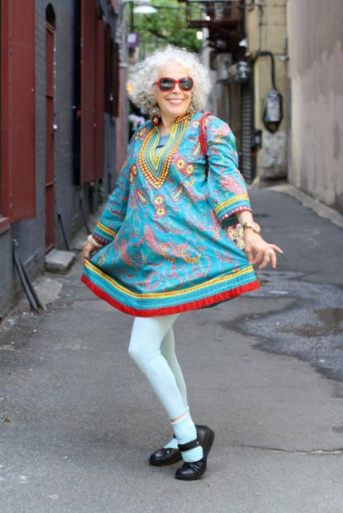 Модная бабушка в ярком платье