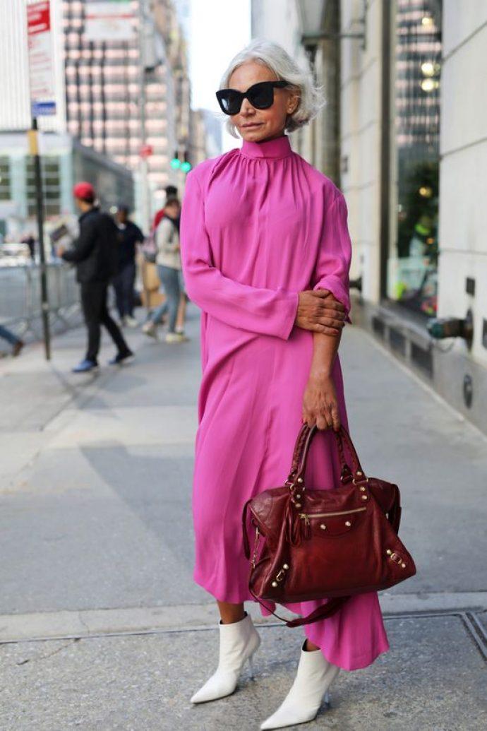 Модная старушка в платье розового цвета