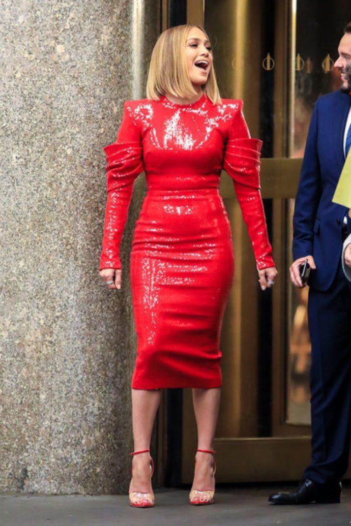 Джей Ло в узком красном платье