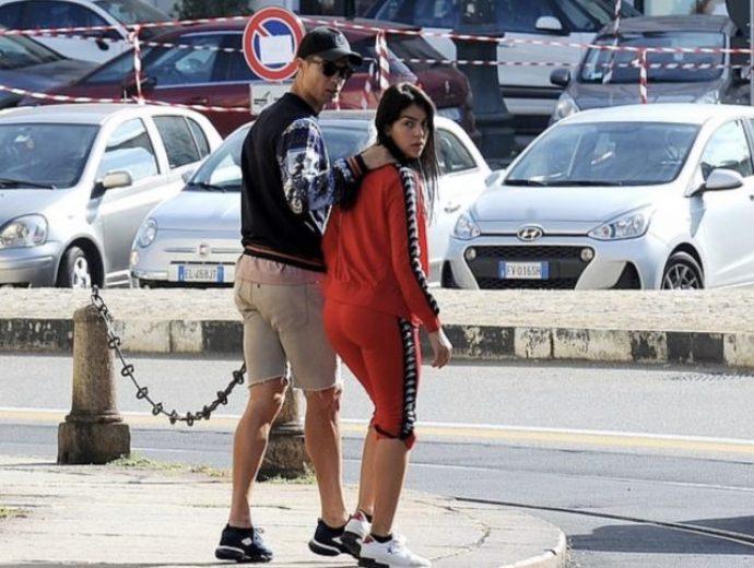 Криштиану Роналду с гражданской супругой на прогулке