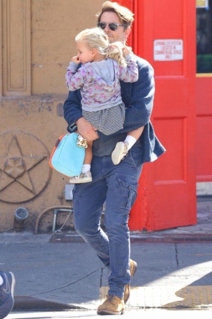 Брэдли Купер на прогулке с дочерью Леей