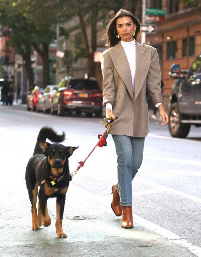 Эмили Ратаковски на прогулке с любимым псом