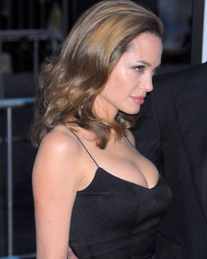 Анджелина Джоли в сексуальном платье на бретелях