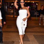 Рианна в белом платье-миди