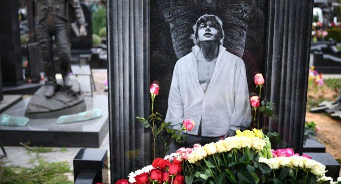 памятник Караченцову